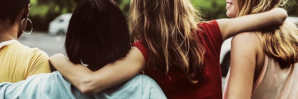 Foto de mujeres abrazadas formando una alianza